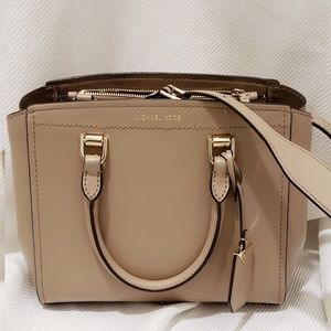 🆕️Michael Kors Benning medium Messenger○